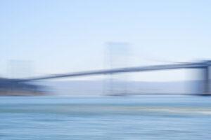 Galerie Ahlemann zeigt ein abstraktes Foto der Fotokünstlerin Hasina Khan auf dem eine verschwommen Aufnahme der Bay Bridge in San Francisco in blauen Farbtönen zu sehen ist.
