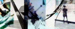 Galerie Ahlemann zeigt ein abstraktes Foto der Fotokünstlerin Hasina Khan in überwiegend grauen, weißen und schwarzen Farben. Das waagerechte Banner zeigt eine Collagierung von abstrahierten Fotos, die in San Francisco entstanden sind. Die Collage wurde noch mit Bemalungen leicht bearbeitet.