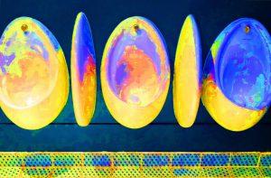 Galerie Ahlemann zeigt ein abstraktes Foto des Fotokünstlers Jochen Cerny in überwiegend blauen und gelben Farbtönen. Es sind fünf nebeneinander angeordnete, ovale Körper aus verschiedenen Blickwinkeln zu sehen.
