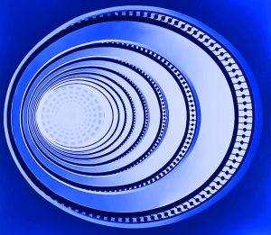 Galerie Ahlemann zeigt ein abstraktes Foto des Fotokünstlers Jochen Cerny in überwiegend blauen Farbtönen. Das Foto zeigt einen konisch zulaufenden, runden Schacht, dessen Ende durch eine, von weißem Licht durchflutete Kuppel abgeschlossen zu sein scheint