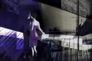 Galerie Ahlemann zeigt ein abstraktes Foto von Petra Jaenicke auf dem in violetten, schwarz, weißen und grauen Tönen in der linken Bildhälfte unscharf ein tanzendes Paar zu sehen ist.