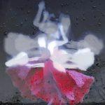 Galerie Ahlemann zeigt ein abstraktes Foto von Petra Jaenicke in schwarzen, weißen, grauen und roten Farbtönen.. Vor einem dunkelgrauen Hintergrund auf schwarzem Untergrund sieht man die schemenhafte Gestalt einer sich bewegenden Tänzerin in helleren Grautönen und weiß, deren roter Rock wie eine Mohnblüte anmutet.