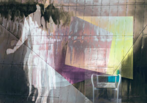 Galerie Ahlemann zeigt ein abstraktes Foto von Petra Jaenicke auf dem in der linken Bildhälfte eine helle Frauensilhouette sowie rechts ein Stuhl und ganzflächig verschiedene Flächen zu sehen sind.