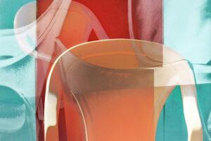 """Galerie Ahlemann zeigt ein abstraktes Foto von Petra Jaenicke aus der Konzeptreihe """"Ein Stuhl ist ein Stuhl"""" in überwiegend orangen, roten und hellblauen Farbtönen."""