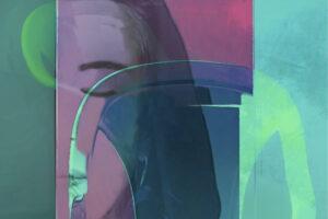 """Galerie Ahlemann zeigt ein abstraktes Foto von Petra Jaenicke aus der Konzeptreihe """"Ein Stuhl ist ein Stuhl"""" in blauen, grünen und violetten Farbtönen."""