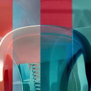 """Galerie Ahlemann zeigt ein abstraktes Foto von Petra Jaenicke aus der Konzeptreihe """"Ein Stuhl ist ein Stuhl"""" in überwiegend blauen und roten Farbtönen."""