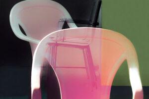 """Galerie Ahlemann zeigt ein abstraktes Foto von Petra Jaenicke aus der Konzeptreihe """"Ein Stuhl ist ein Stuhl"""" in überwiegen rosa, grünen und schwarzen Farbtönen."""