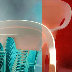 """Galerie Ahlemann zeigt ein abstraktes Foto von Petra Jaenicke aus der Konzeptreihe """"Ein Stuhl ist ein Stuhl"""" in überwiegend hellblauen, weißen und roten Farbtönen."""