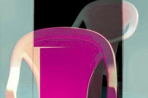 """Galerie Ahlemann zeigt ein abstraktes Foto von Petra Jaenicke aus der Konzeptreihe """"Ein Stuhl ist ein Stuhl"""" in überwiegend lila, hellblauen und schwarzen Farbelementen."""