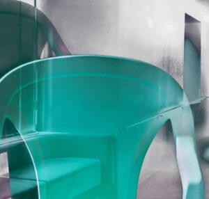 """Galerie Ahlemann zeigt ein abstraktes Foto von Petra Jaenicke aus der Konzeptreihe """"Ein Stuhl ist ein Stuhl"""" in grauen und türkisen Farbtönen."""