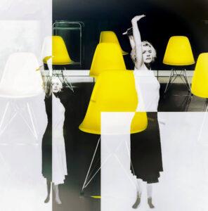 """Galerie Ahlemann zeigt ein abstraktes Foto von Petra Jaenicke aus der Konzeptreihe """"Stay Loose"""", auf dem eine gedoppelte Frauenfigur vor einer abstrakten, schwarz-weißen Bildkomposition durchbrochen von gelben Stühlen zu sehen ist."""