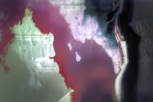 Galerie Ahlemann zeigt ein abstraktes Foto von Petra Jaenicke zeigt eine Fotoarbeit in roten und grauen Farbtönen auf dem, vor einem abstrakten Hintergrund auf dem am rechten Bildrand eine Frauensilhouette zu sehen ist.