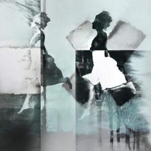 """Galerie Ahlemann zeigt ein abstraktes Foto von Petra Jaenicke aus der Konzeptreihe """"Stay Loose"""", auf dem eine gedoppelte, laufende Frauensilhouette vor einer abstrakten, schwarz-weißen Bildkomposition zu sehen ist."""