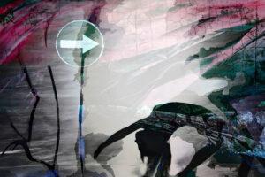 Galerie Ahlemann zeigt ein abstraktes Foto von Petra Jaenickein überweigend schwazren und weißen Farben, welches eine schematisches Verkehrschild, eine rückwärts gebeugten Silhouette eines Frauenkörpers mit abstrkaten, organisch anmutenden Strukturen kombiniert.