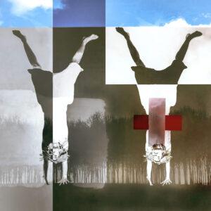 """Galerie Ahlemann zeigt ein abstraktes Foto von Petra Jaenicke aus der Konzeptreihe """"Stay Loose"""", auf dem eine gedoppelte, auf dem Kopf stehende Frauenfigur vor einer abstrakten geometrischen Bildkomposition zu sehen ist."""