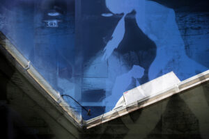 Galerie Ahlemann zeigt ein abstraktes Foto von Petra Jaenicke auf dem zwei violette Frauensilhouetten mit dem Foto einer schwarz-weißen Unterbrückenansicht und verschieden weiteren kleinteiligeren Elementen kombiniert werden.