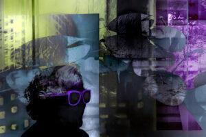 Galerie Ahlemann zeigt ein abstraktes Foto von Petra Jaenicke in überwiegend schwarzen und violetten Farben, auf dem, neben pflanzlichen Strukturen und verschiedenen Flächenelementen, ein schwarzen menschlicher Kopf mit einer lila Sonnenbrille zu sehen ist.