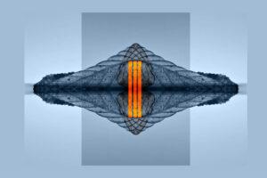 Galerie Ahlemann zeigt ein abstraktes Foto des Fotokünstlers Thomas Bienert in bauen Farbtönen, bei dem das gespiegelte, mittig angeordnete Motiv durch drei Linien in orangen Farbtönen mittig überlagert wird.