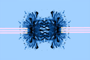 Galerie Ahlemann zeigt ein abstraktes Foto des Fotokünstlers Thomas Bienert in blauen Farbtönen. Es stehen sich, gespiegelt zwei Blüten gegenüber in die mittig jeweils von der rechten und linken Seite drei weiße Linien hineinlaufen.