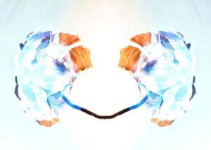 Galerie Ahlemann abstrakte Fotokunst Thomas Bienert zeigt in hellen Farbtönen ein in der Mitte gespiegeles blütenartiges Element.t