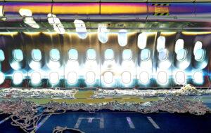 Galerie Ahlemann zeigt ein abstraktes Foto der Fotokünstlerin Hasina Khan auf dem ein Teilstück des Innenraumes eines A330 ohne Passagiersitzen und vielen Befestigungsbändern zu sehen ist.