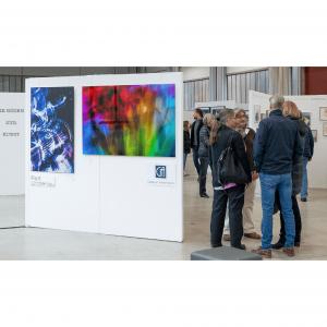 Das Foto zeigt einen Teil des Messestandes der Galerie Ahlemann sowie die Galeristin Andrea Ahlemann und den Fotokünstler Ralf Lindenau mit Messegästen.
